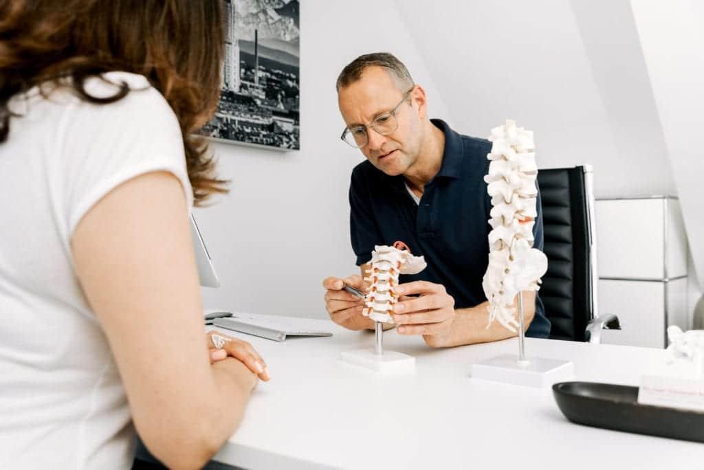 Dr. med Christoph Nicolaisen während einer Behandlung