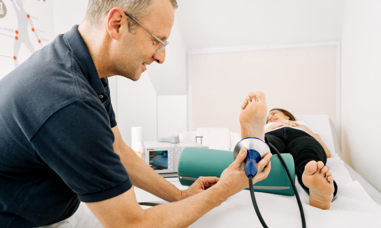Dr. med. Christoph Nicolaisen während einer Behandlung